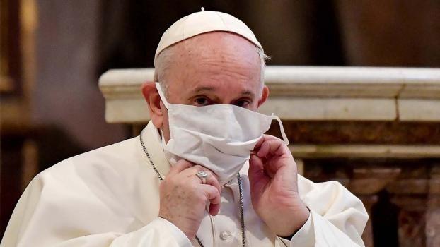 El Papa se vacunará la semana próxima y criticó el