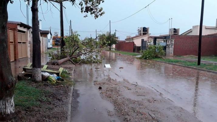 Impresionante tormenta en Bandera causó voladuras de techos, caída de árboles y postes