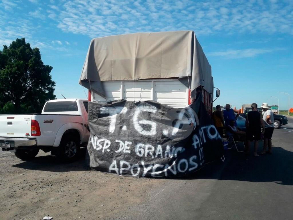 Continúan las protestas de camioneros en rutas provinciales