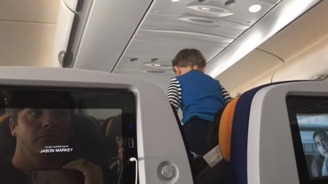 Un nene volvió locos a los pasajeros de un avión en un vuelo de ocho horas