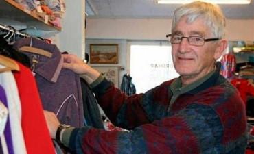 Revisaba un abrigo donado a la caridad y se encontró un dineral