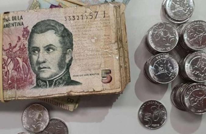 Entre el redondeo y los caramelos, los comercios de Santa Fe afrontan la falta de monedas de $5