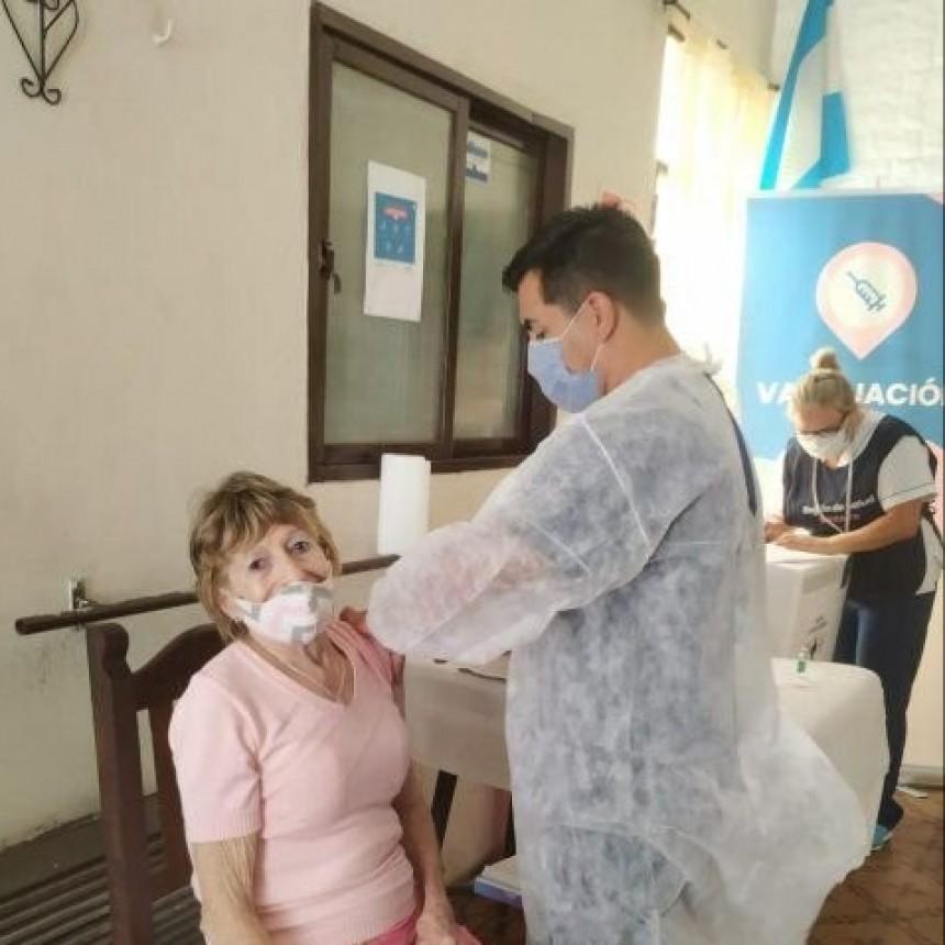 Los mayores de 90 años y los docentes siguen en la lista del plan de vacunación