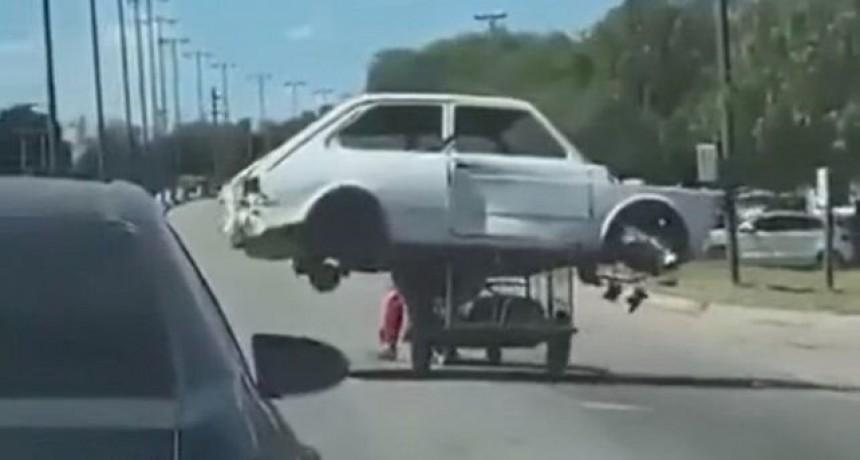 El impresionante video de un cartonero que lleva un Fiat 147 en su carro