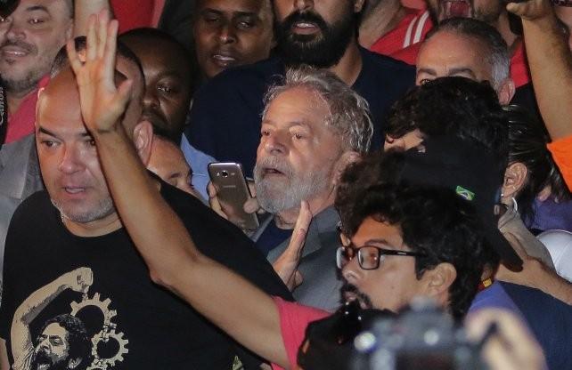 Lula pasó su primera noche en la cárcel tras resistir 26 horas su detención