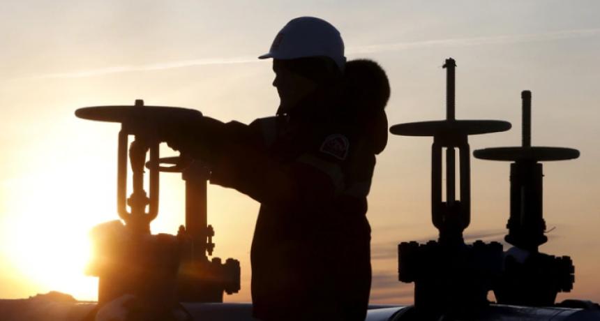 Hasta cuándo seguirá el histórico desplome del petróleo y cuáles son las consecuencias