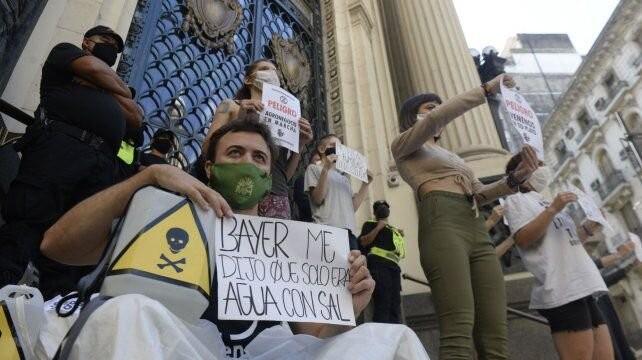 Protesta frente a la Bolsa de Comercio por el primer remate de soja