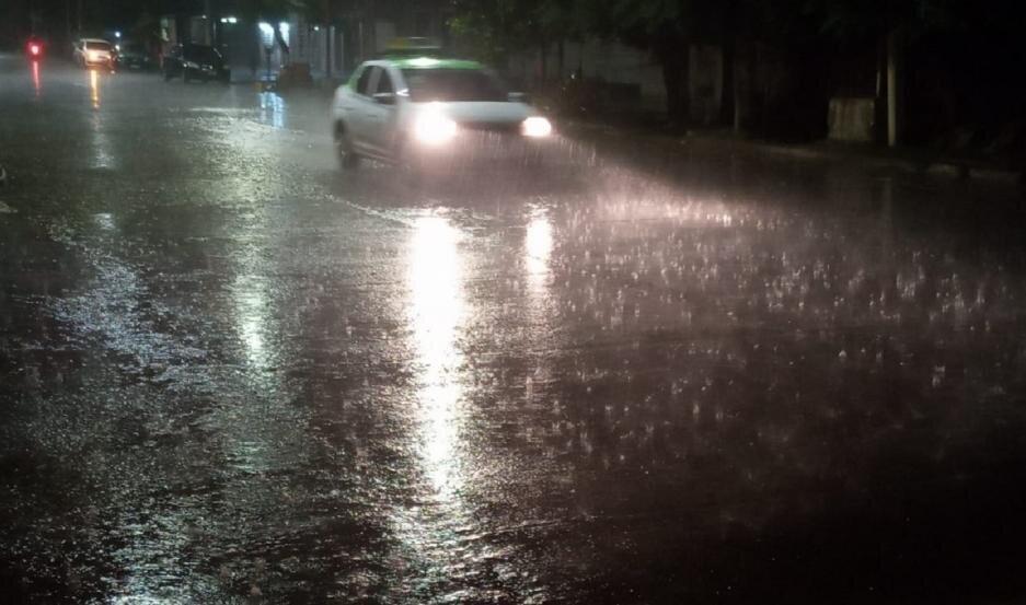 Video | Una fuerte tormenta, con gran cantidad de agua y granizo, sorprendió a los santiagueños