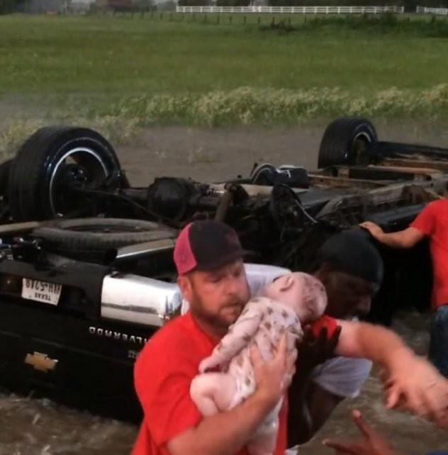 Un video registra el desesperado rescate de una beba en medio del tornado de Texas