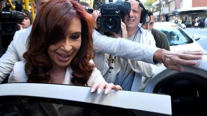 A Cristina no le dejan pagar las cuentas de su casa y su hotel con plata de Los Sauces