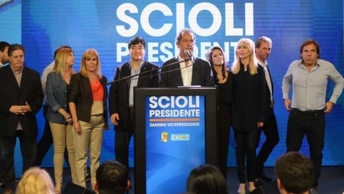 Denuncian aportes millonarios de la obra social de la Provincia a la campaña de Daniel Scioli