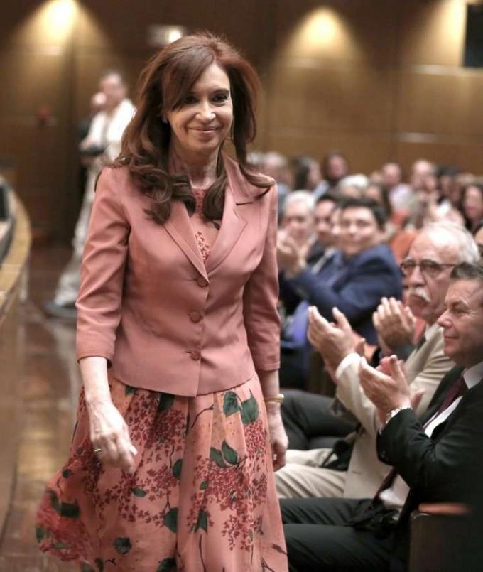 En Grecia, Cristina Kirchner dio una insólita explicación de la derrota K ante Mauricio Macri