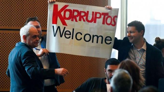 Escrachan a Cristina Kirchner antes de hablar ante los eurodiputados