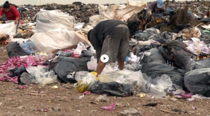 Cayó una banda que vendía alimentos vencidos que separaba de la basura