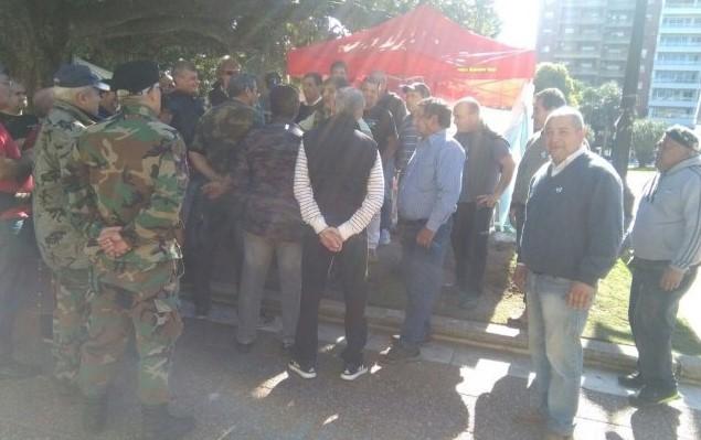 Ex soldados movilizados por Malvinas acampan frente a Casa de Gobierno