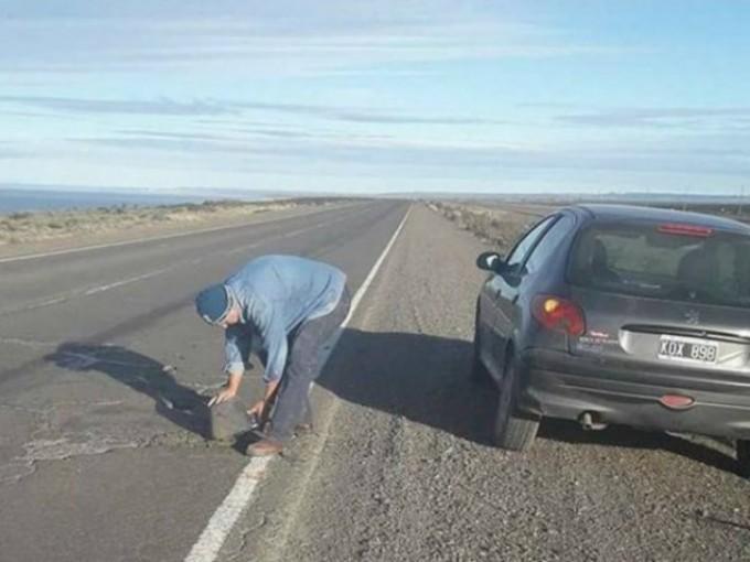 Un enfermero de Santa Cruz salió a tapar baches en la ruta para que no haya más accidentes