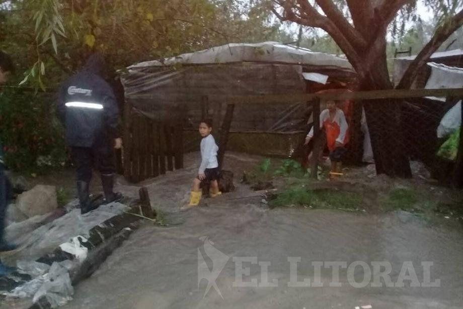 Por lluvias hay más evacuados en cinco comunas y suspendieron las clases en seis departamentos