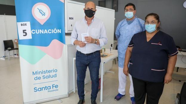 Omar Perotti se vacunó en el Cemafe contra el coronavirus