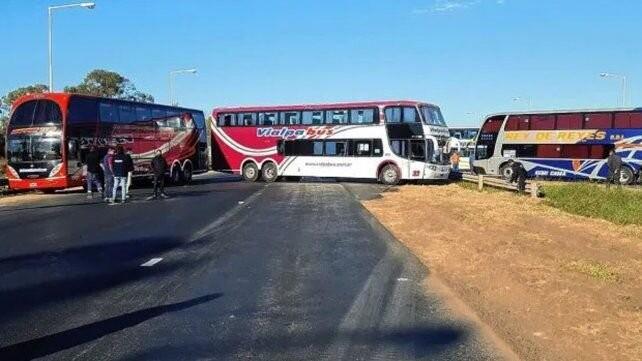 La provincia anunció subsidios para los transportsistas de turismo y se levantó el corte