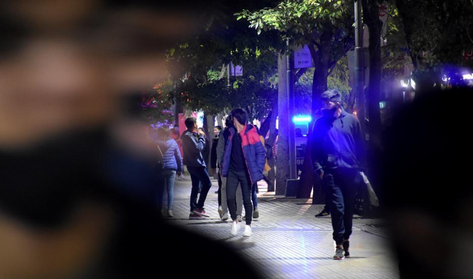 La policía ayudó a dispersar una gran concentración de jóvenes en el microcentro de Santiago