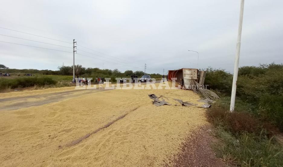 Ruta 92: lugareños alzaron en bolsas y vehículos la soja que quedó en la banquina por el vuelco de un camión