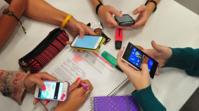Los adolescentes con baja autoestima son más adictos al celular