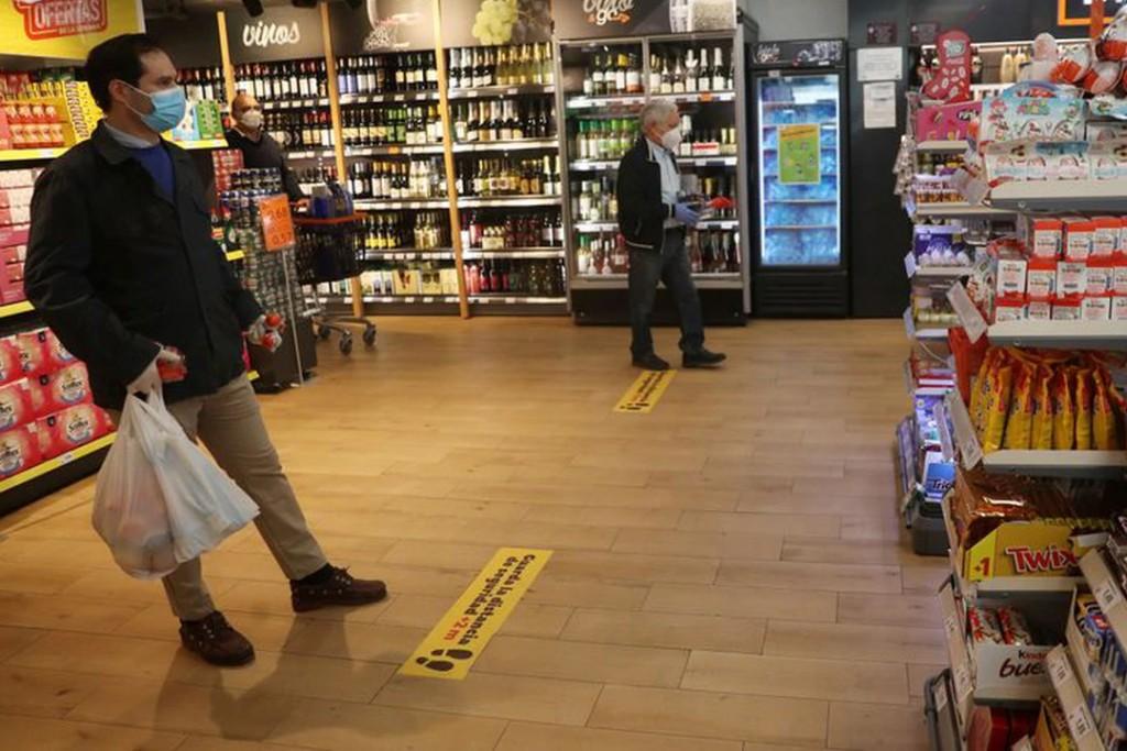 Piden a los clientes respetar el distanciamiento dentro de los supermercados