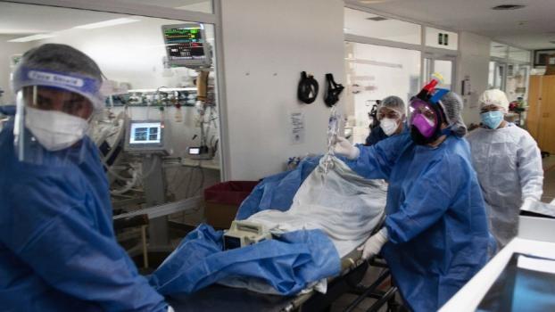 Leve baja de los contagios diarios en la Provincia, pero se informaron 49 muertes