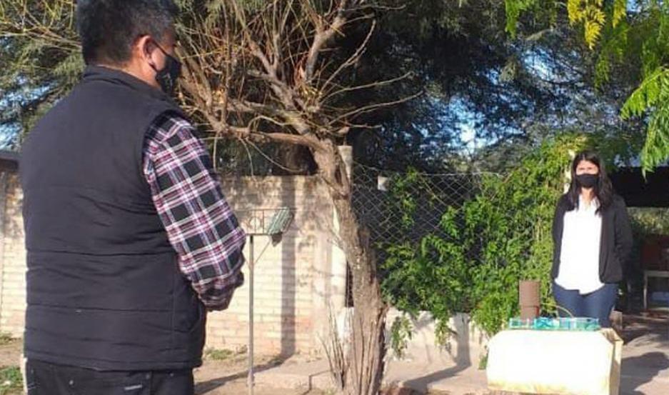 En plena pandemia, una alumna rindió en la vereda de su casa