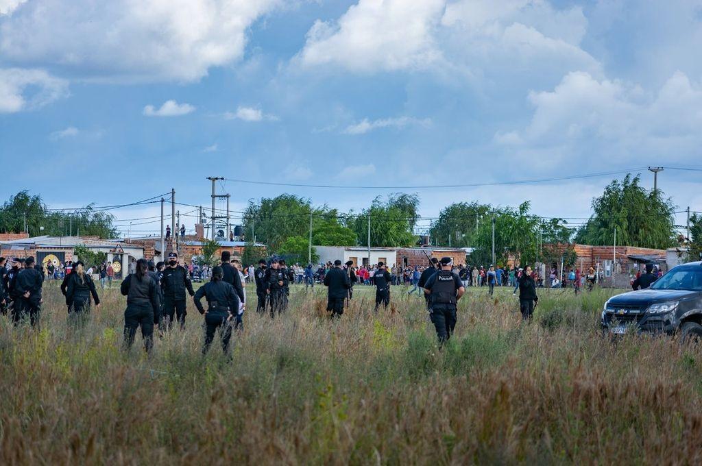 Video: más de 200 personas usurparon tierras y se enfrentaron a tiros con la policía