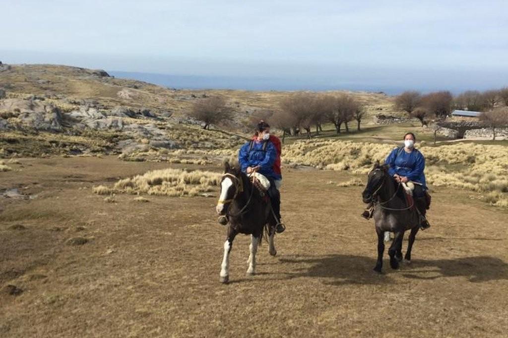 Enfermera santafesina en una experiencia inédita: cargaron vacunas a caballo y las llevaron al corazón de la montaña