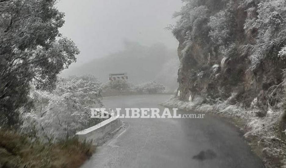 Cerca de Frías: La primera nevada del año llegó tímidamente hasta Guayamba