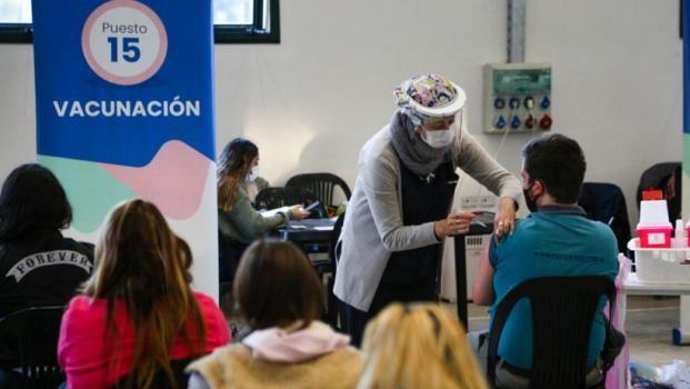 En la provincia de Santa Fe ya se vacuna contra el Covid a menores de 45 años sin comorbilidades
