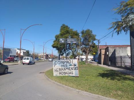 Insólito: con un cartel ofrece dinero por las herramientas que le robaron del taller mecánico