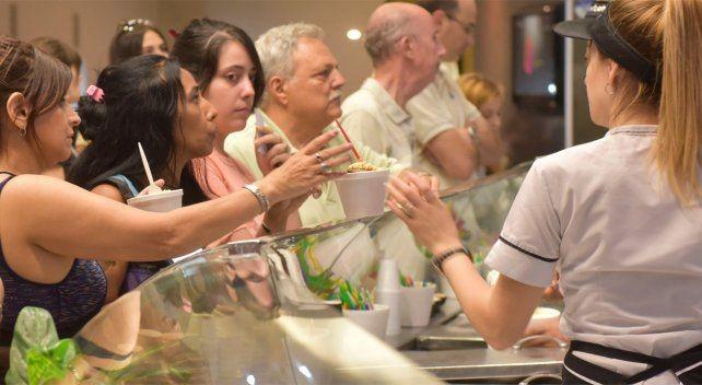 Prohíben el uso de vasitos de plástico y restringen el de cucharitas en las heladerías