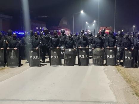 La Policía desalojó a los trabajadores de Algodonera Avellaneda
