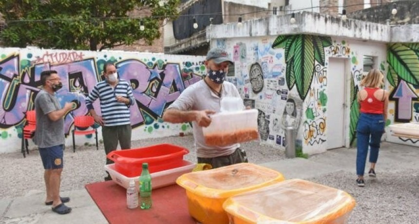 Por la pandemia de Covid-19, vecinos del centro van a los comedores comunitarios