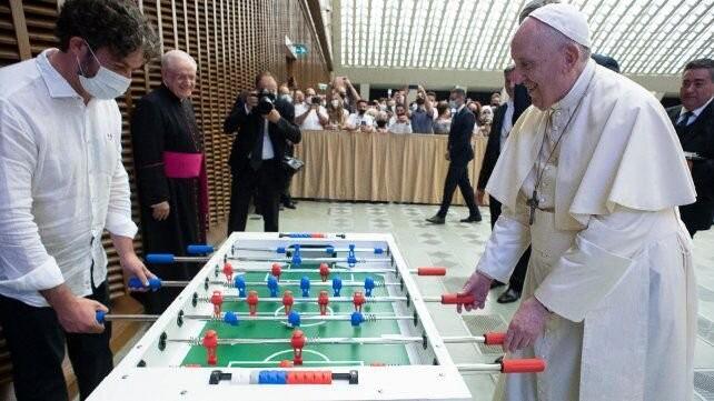 No vale molinete: el papa Francisco mostró su costado futbolero y jugó al metegol