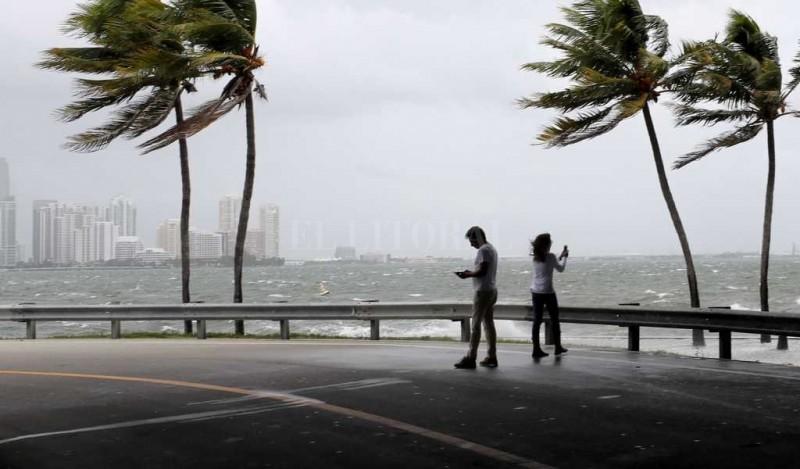 El huracán Irma descendió a categoría 1 y llega a la ciudad de Tampa