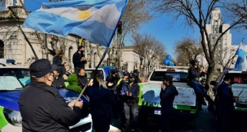 Policías bonaerenses levantaron las protestas tras los anuncios de mejora salarial de Kicillof