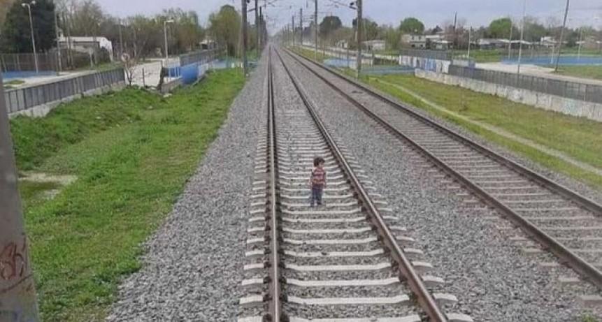 Milagro en las vías: un nene caminaba por los rieles y el tren frenó justo a tiempo