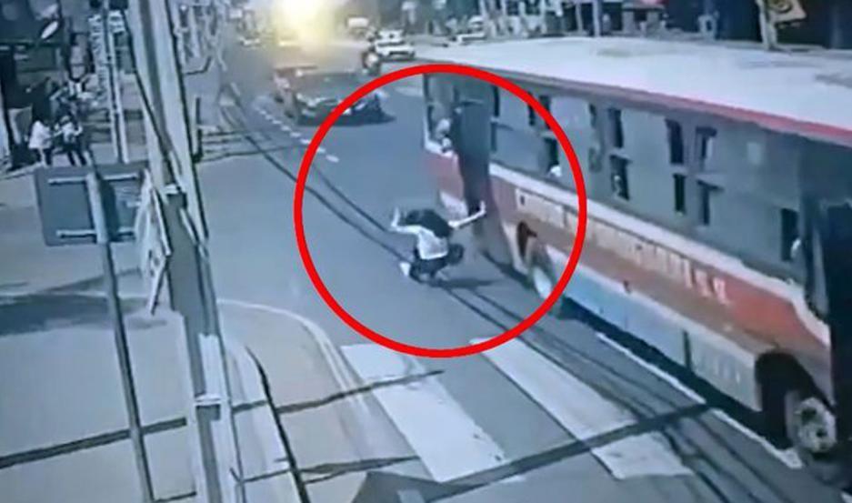 Le robaron el celular, intentó correr al ladrón, cayó de cabeza al asfalto y murió