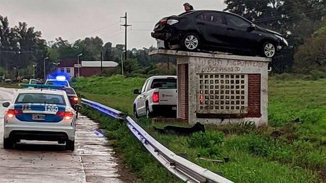 Llovía, su auto se despistó y terminó arriba de una garita