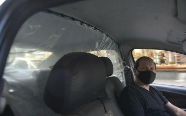 ¿Sirve o genera más riesgo? Se abre el debate por el plástico anticoronavirus en los taxis