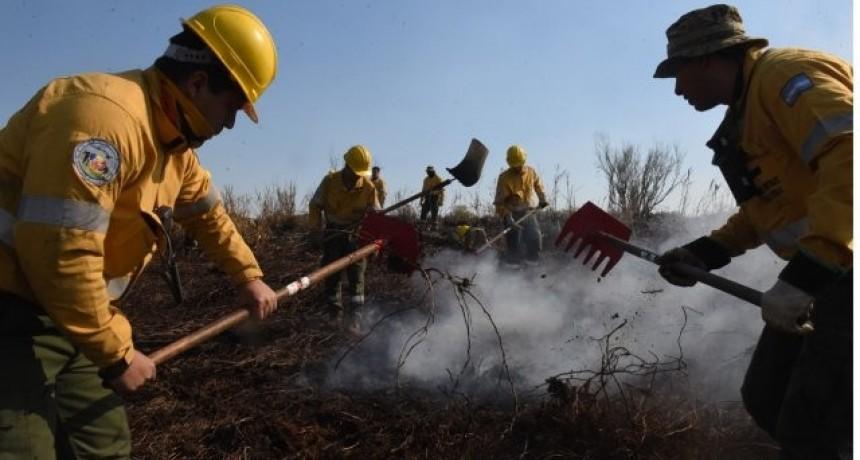 Otorgan un bono de 10.000 pesos al personal que preste servicios en el combate de incendios