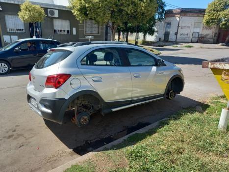 Le robaron las cuatro ruedas del auto que estaba estacionado fuera de su casa en barrio Candioti