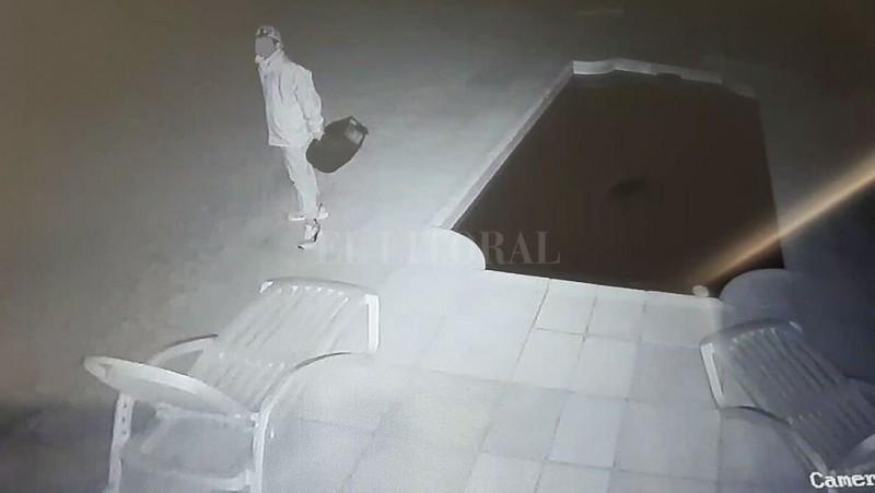 Video: un delincuente quiso entrar a robar en tres casas de Colastiné