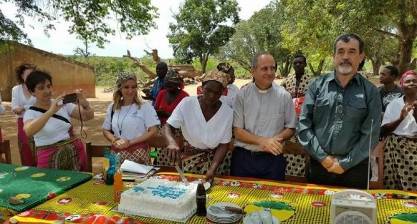 Con la ayuda de Messi, un sacerdote argentino alimenta a miles de chicos en Mozambique