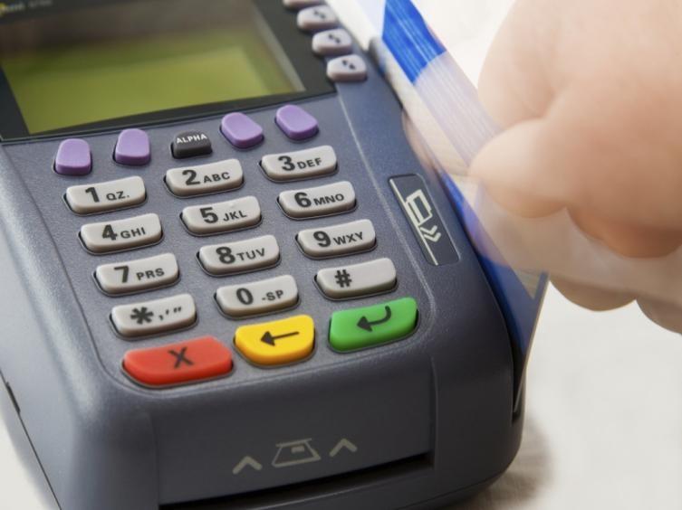 Preventiva a una mujer por estafa con tarjetas de débito