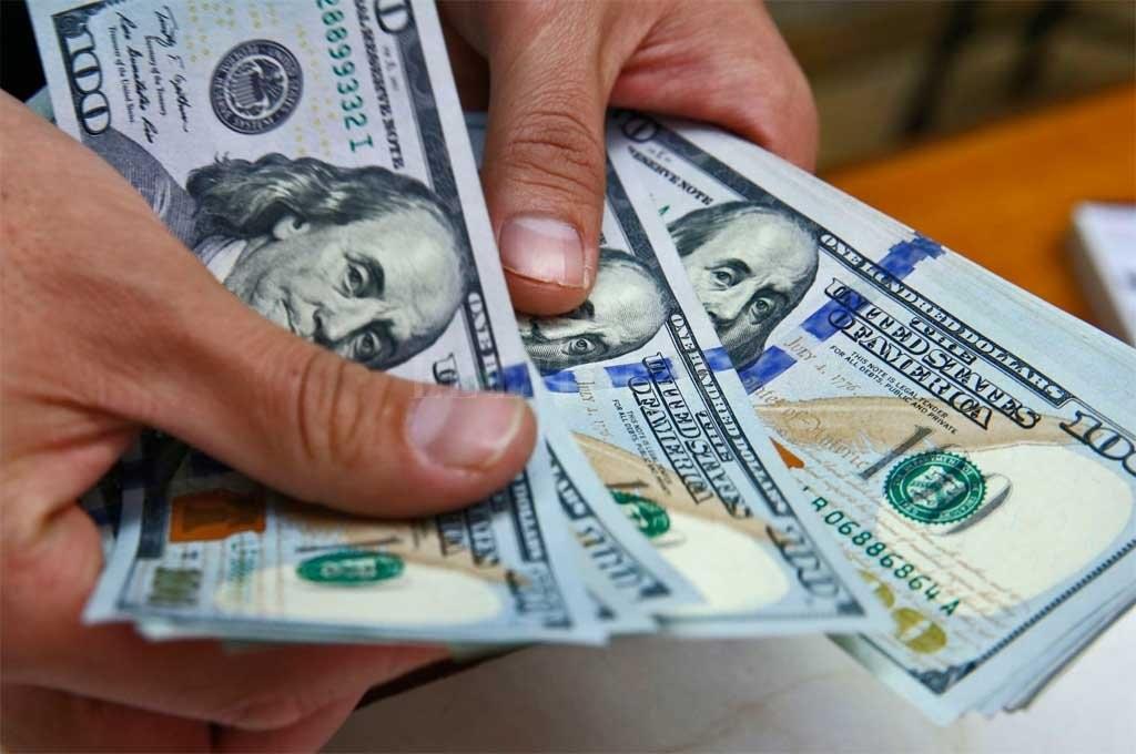 El dólar comenzó la semana con un salto de 42 centavos